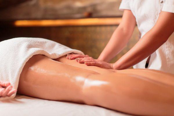 Специалист делает медовый массаж девушке