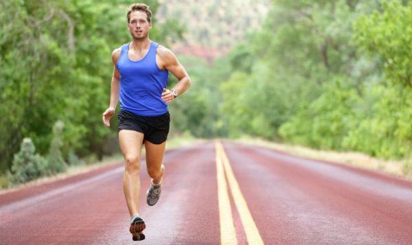 Мужчина бежит по трассе