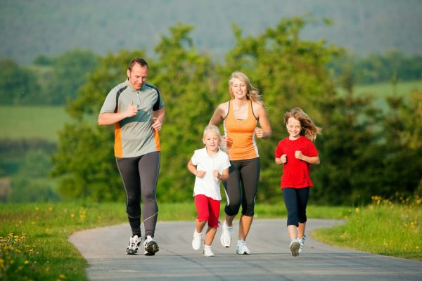 Семья занимается спортивной ходьбой