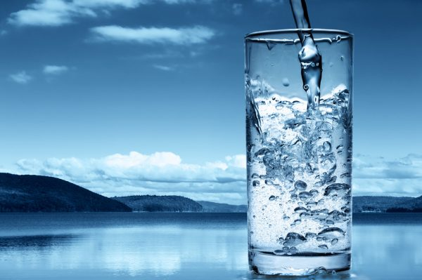 Вода в прозрачном стакане