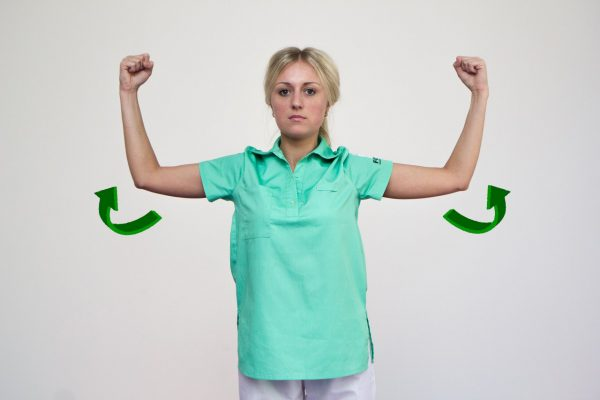 Девушка выполняет разминку плечевого сустава путём вращений