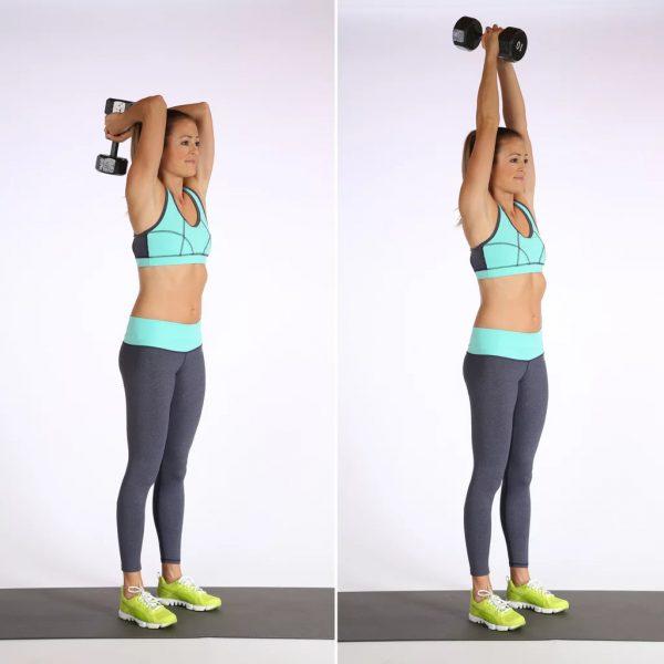 Девушка делает упражнение «заведение рук с гантелей за голову»