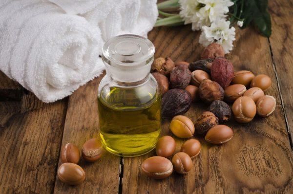 Аргановое масло в колбе и плоды аргании
