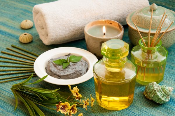 Эфирное масло, свеча и ароматические палочки