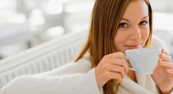девушка пьёт целебный настой