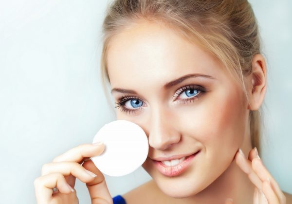 Девушка снимает макияж с глаз