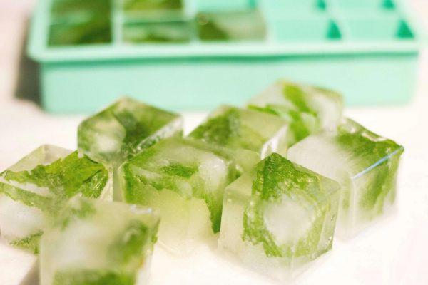 Кубики льда с мятой внутри