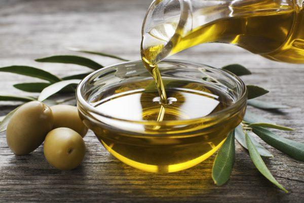 Оливковое масло наливают в блюдце