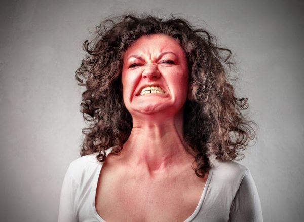 Женщина испытывает раздражённость