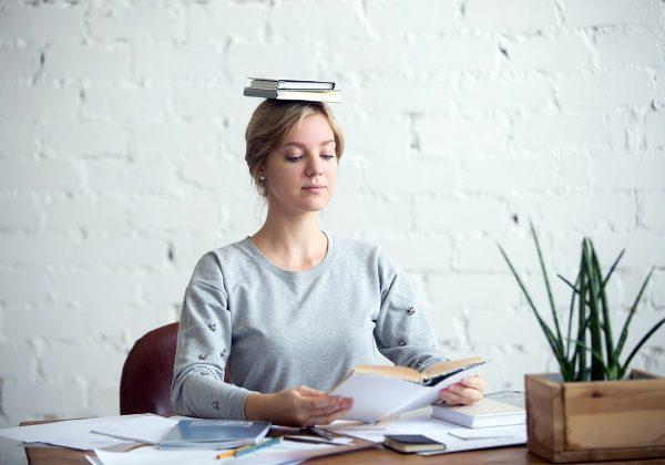 Девушка читает с книгой на голове