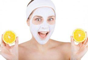 Девушка с маской на лице и с лимонами в руках