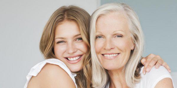 Две женщины с цветами волос песочный блонд и седой