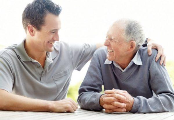 Молодой и пожилой мужчины