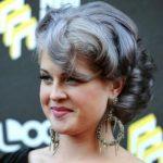 Келли Осборн с кудрявыми седыми волосами