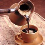 Кофе наливают из турки в чашку