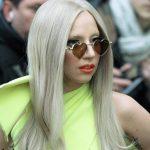 Леди Гага в толпе поклонников