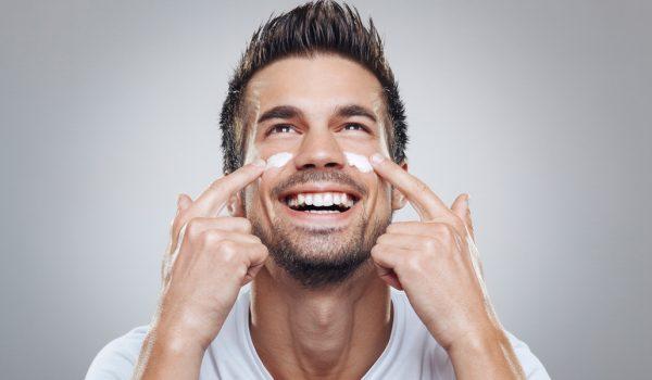 Мужчина с кремом на лице