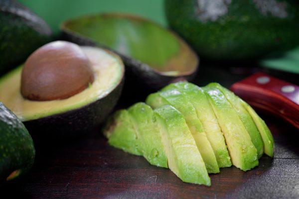 Авокадо, порезанное дольками