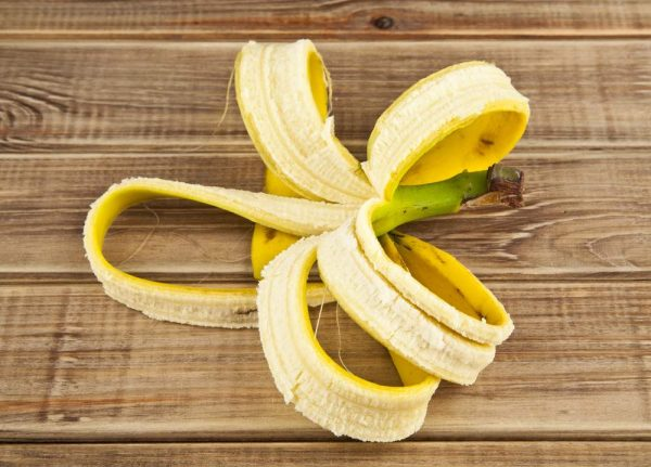 Банановая кужура на деревянном столе