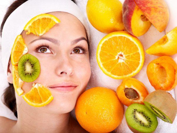 Девушка с кусочками фруктов на лице