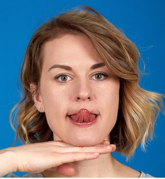 Касание кончика носа языком