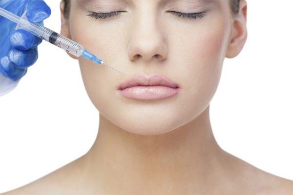 Введение препарата под кожу в области носогубных складок