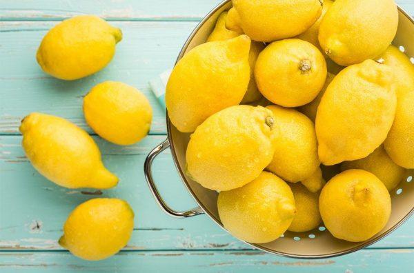 Лимон в большой ёмкости