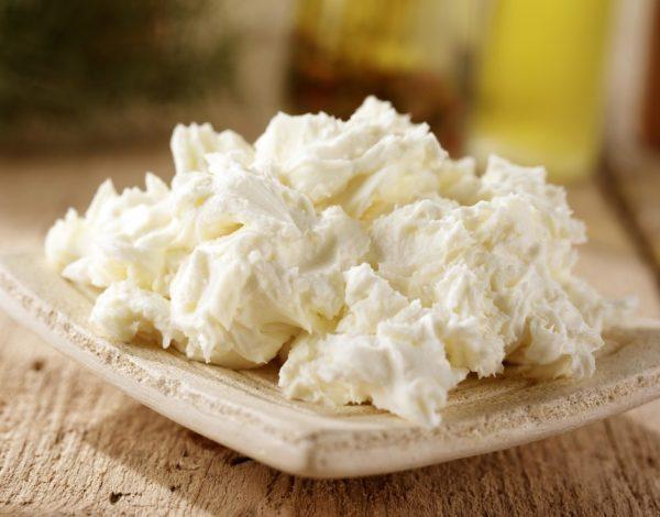 Мягкий сыр на плоской тарелке