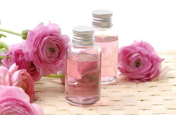 Масло розы в прозрачной бутылочке