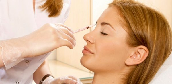 Проведение сеанса мезотерапии для зоны вокруг глаз
