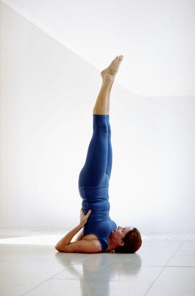 Женщина в перевёрнутой позе йоги