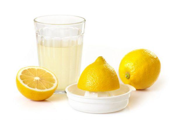 Сок лимона в прозрачном стакане