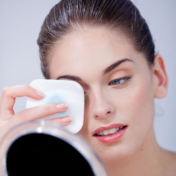 Удаление косметического средства с глаз
