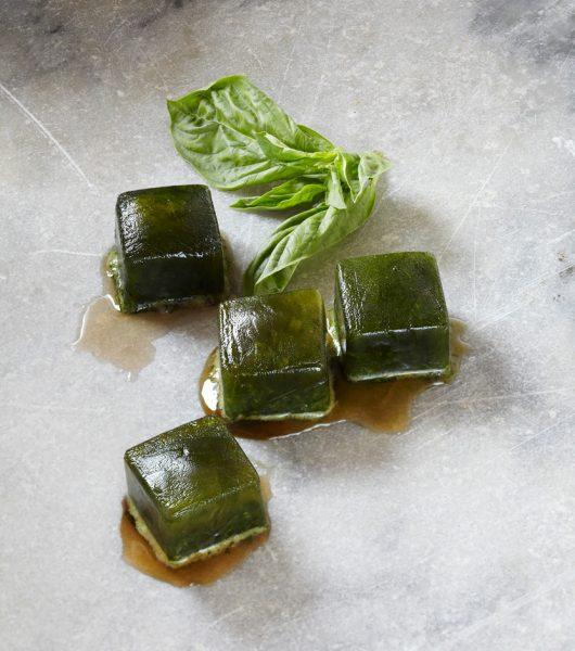 Зелёные кубики льда из травяного отвара