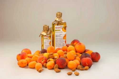 Абрикосовое масло в бутылках и абрикосы
