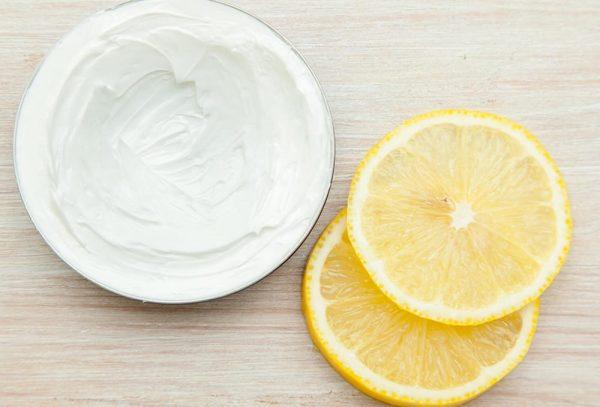 Взбитый яичный белок и ломтики лимона
