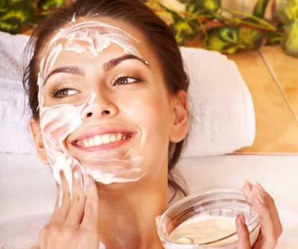Нанесение маски из натурального йогурта