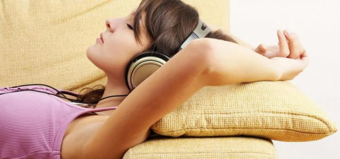 Девушка слушает Настрой Сытина
