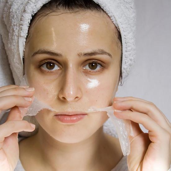 Девушка снимает маску-плёнку с лица