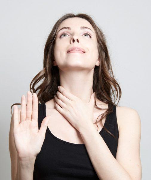 Девушка выполняет упражнение для мышц шеи