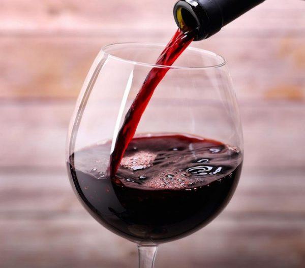 Красное сухое вино льётся в бокал