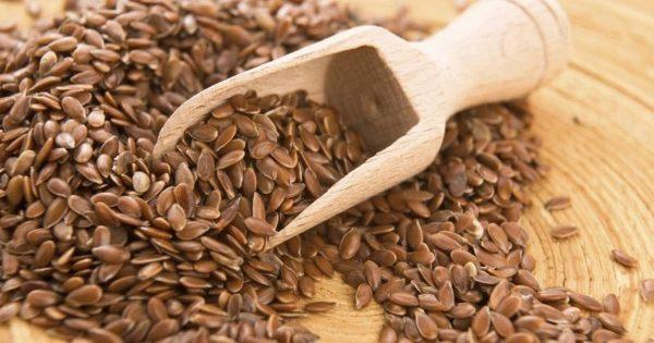 Льняное семя и деревянная лопатка