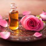 Масло розы в бутылочке на блюде