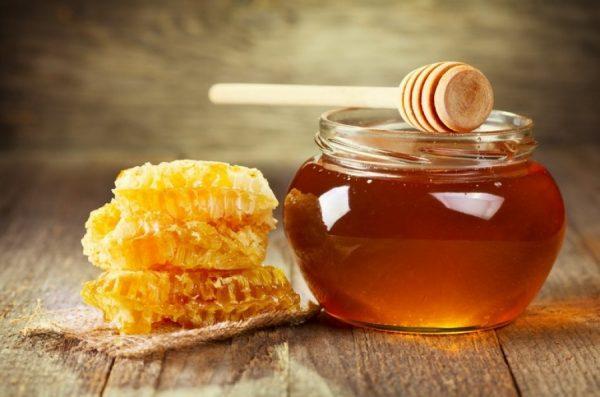 Жидкий мёд в прозрачной банке