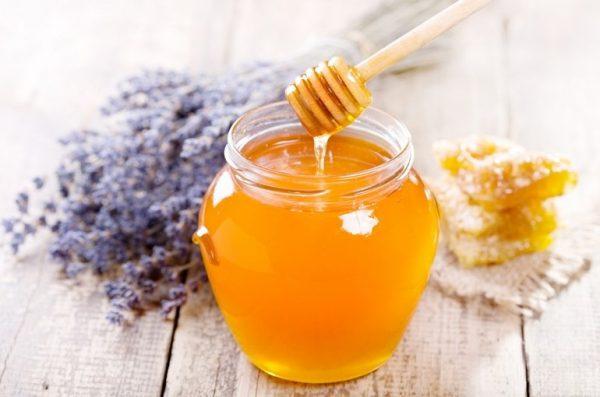 Мёд в прозрачной банке стоит на столе