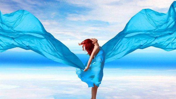 Девушка в голубых одеждах