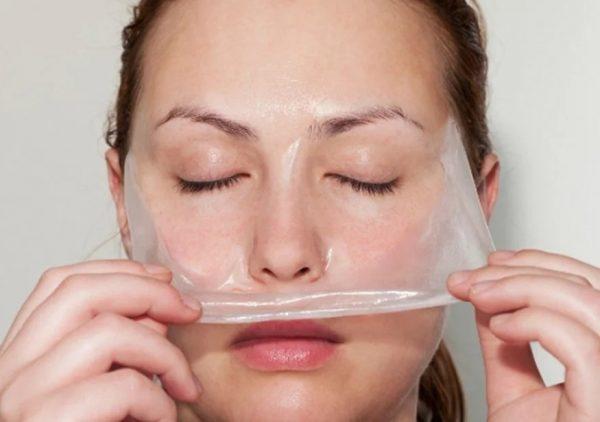 Девушка снимает с лица плёнку