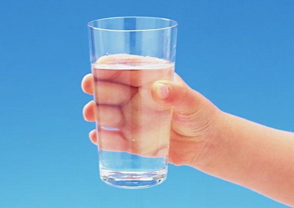 Стакан воды в руке