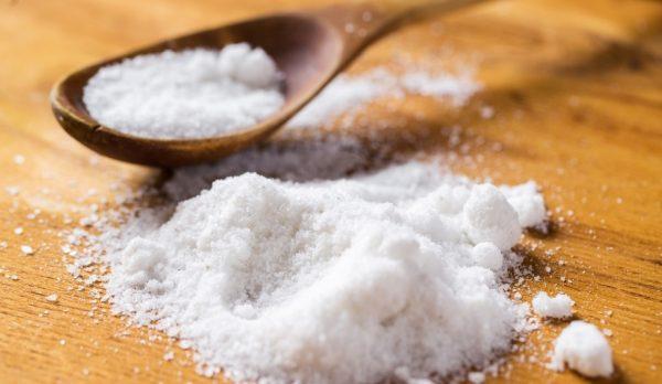 Соль на столе и в ложке