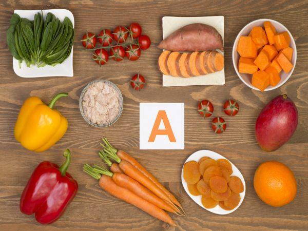 Стол, на котором лежат продукты, содержащие витамин А